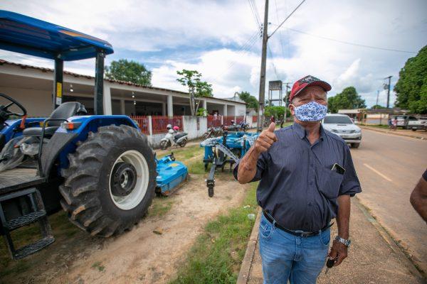 Pedro da Farmácia ao lado de um dos tratores que foram entregues na Samaúma