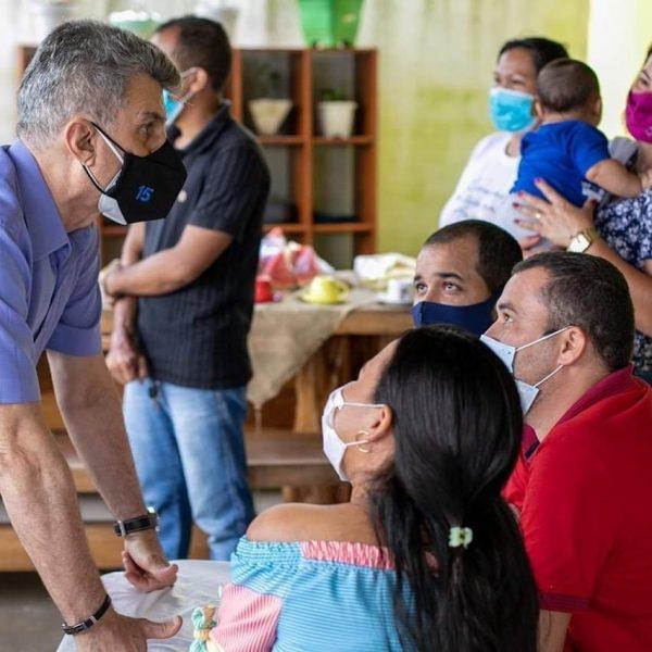 Romero Jucá de frente para moradores de Rorainópolis ouvindo as reivindicações
