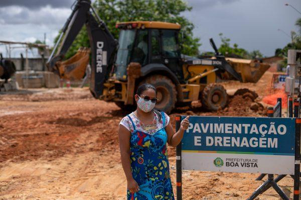 Ozineide Silva na frente de obra de asfalto no bairro São Bento