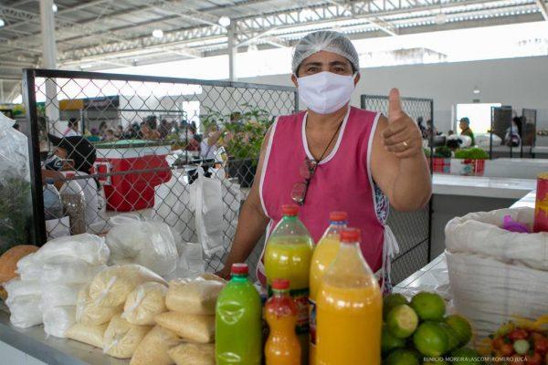 Nazaré Gomes faz sinal de positivo em boxe na Feira Amazon Dalva
