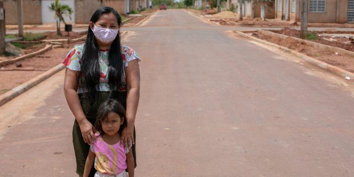 Tamara Cunha e a filha em rua asfaltada. Imagem mostra mais asfalto