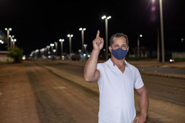 Daniel da Silva aponta pra cima em direção à nova iluminação no Baliza