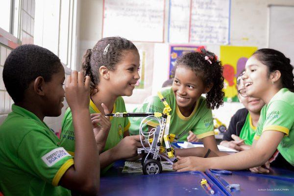 Crianças com robôs na sala de aula