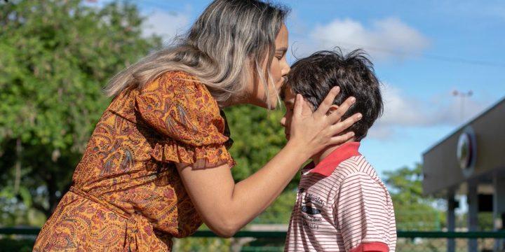 Mae Wiliane beija a testa do filho em praça de Boa Vista Roraima