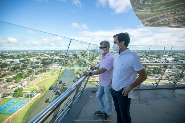 Romero e Rodrigo Jucá no Mirante do Parque do Rio Branco observando o horizonte
