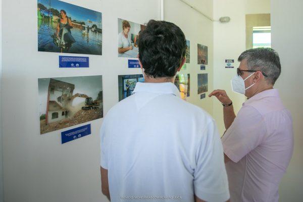 Romero e Rodrigo Jucá olham quadros dentro do Mirante