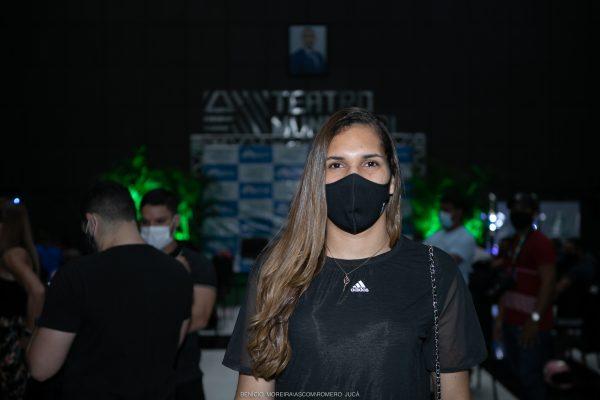 Vitória Almeida sorrindo