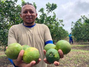 Gilmar Santos mostrando as frutas