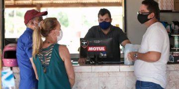 Romero Jucá e Teresa Surita conversando com moradores de Caracaraí