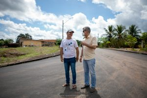 Romero Jucá e James no asfalto em São Luiz