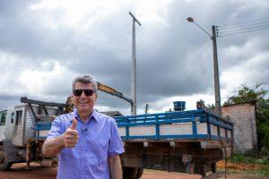 Romero Jucá em frente de obra de iluminação no Baliza. Exemplo de iluminação em Roraima