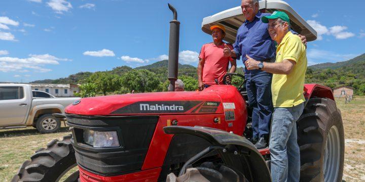Jucá, deputado Édio e agricultor em cima de um trator. Equipamentos ajudam nas vicinais de Mucajaí