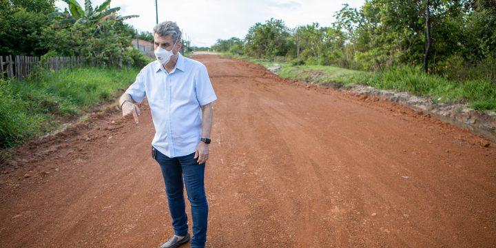 Jucá em rua que vai receber asfalto em Amajari