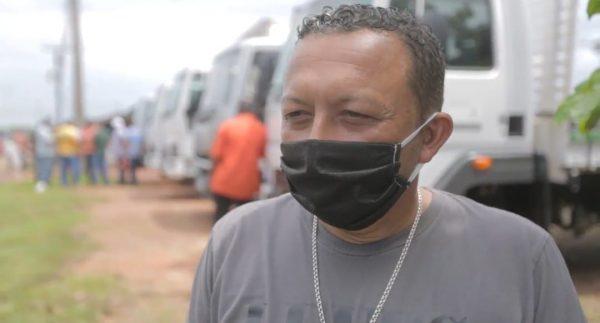 Gilmar dos Santos fala sobre equipamentos para a agricultura na frente do caminhão que recebeu