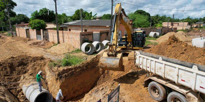 Máquinas e homens trabalhando em drenagem no bairro Araceli