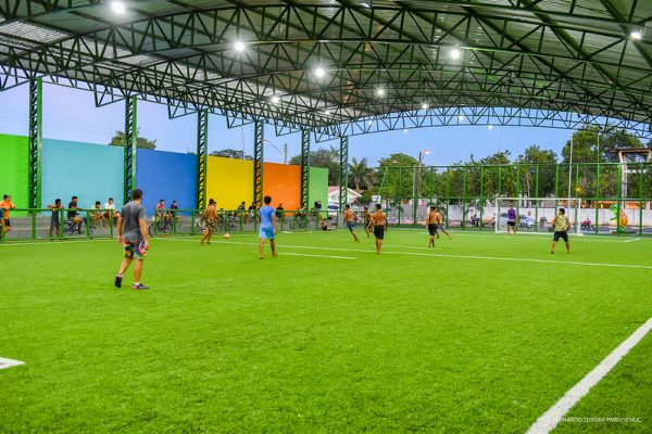 Jovens jogando bola em quadra society de Boa Vista. Dia do Futebol