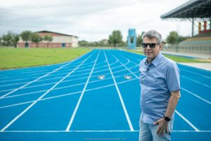 Jucá na pista de atletismo da vila olimpica fala sobre olimpíadas