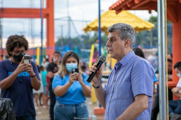 Romero Jucá fala no microfone em Vista Alegre