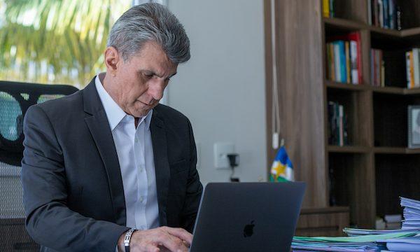 Romero Jucá digitando em um notebook para artigo Por que fechar leitos de UTI