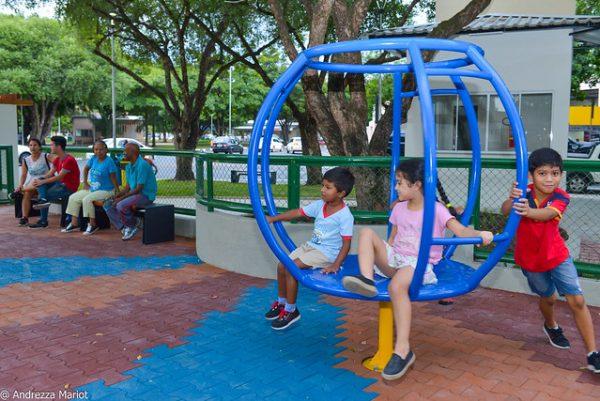 Crianças brincando no parquinho infantil em Boa Vista