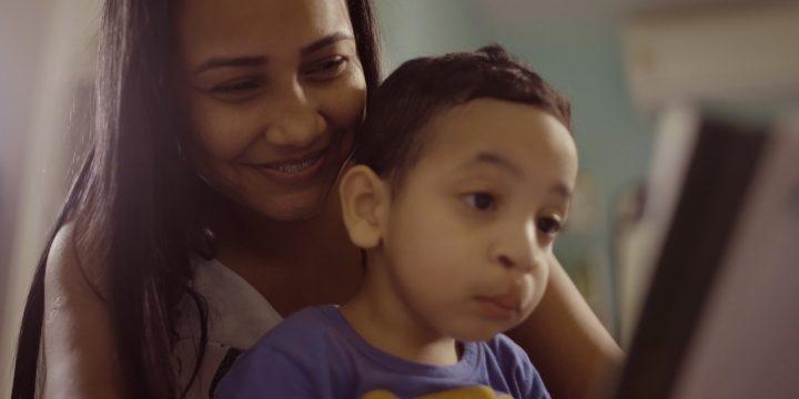 Mãe segurando o filho bebê em demonstração de afeto
