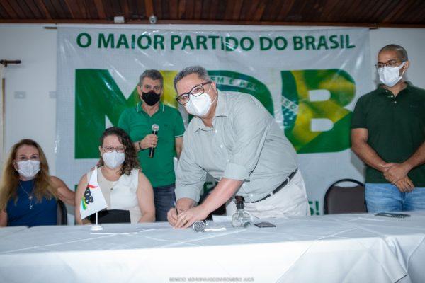 Dr Frutuoso Lins assina a ficha de filiação ao MDB de Roraima
