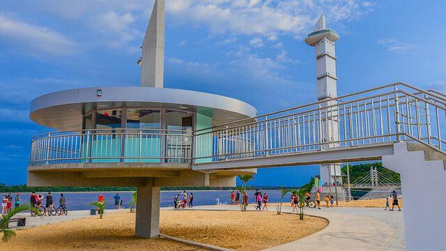 Pessoas aproveitando para caminhar na praia de Boa Vista