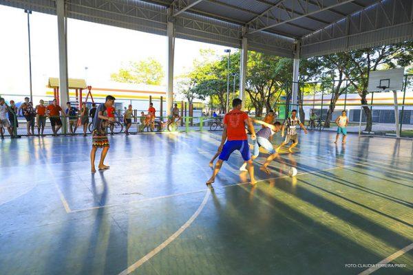 Prática de futebol na quadra do Parque Germano Sampaio