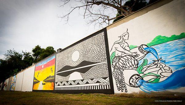 """O muro do Parque do Rio Branco é uma verdadeira galeria a céu aberto. O local expõe 34 obras de artistas regionais dentro do tema """"Nosso Rio, Nossa História, Nossas Famílias"""""""