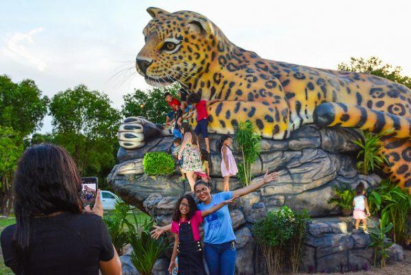 Onça pintada gigante em concreto no Parque Germano Augusto Sampaio
