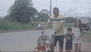 Adriano Bezerra passeia com a família em rua asfaltada. Prova que de por onde Romero Jucá anda as coisas melhoram