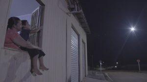Sâmia de Souza com o neto na janela de casa mostra a rua iluminada em Nova Colina. Onde anda Romero Jucá a vida das pessoas melhora
