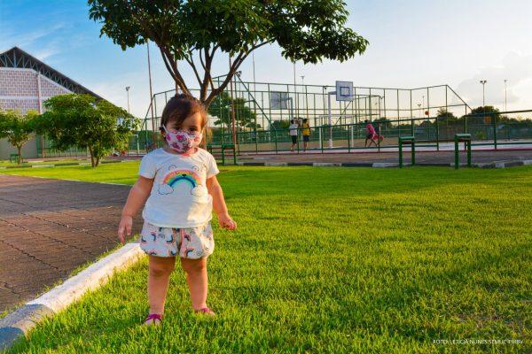 Criança passeando na praça do cidade satélite