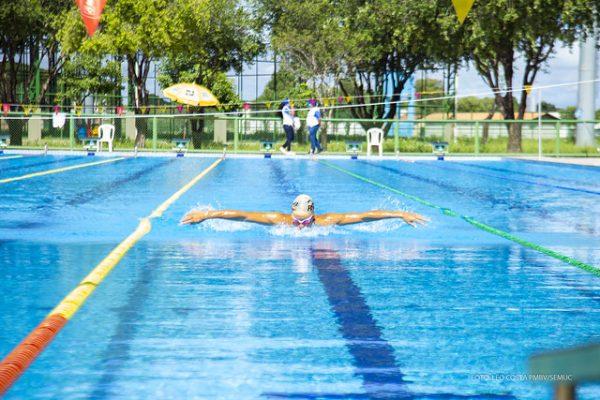 A Vila Olímpica Roberto Marinho possui quadras poliesportivas, campos de futebol, quadra de areia, de tênis, campo de futebol e um parque de piscinas