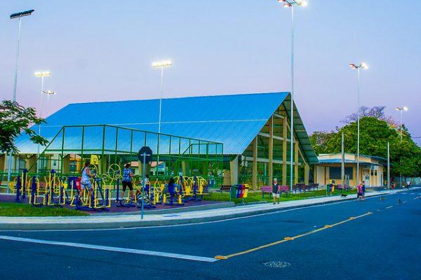 Academia ao ar livre e quadras esportivas na Praça da Bandeira