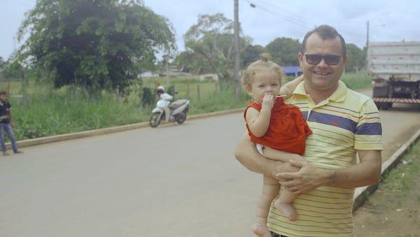 Morador de Caracaraí comemora o asfalto na rua do seu comércio