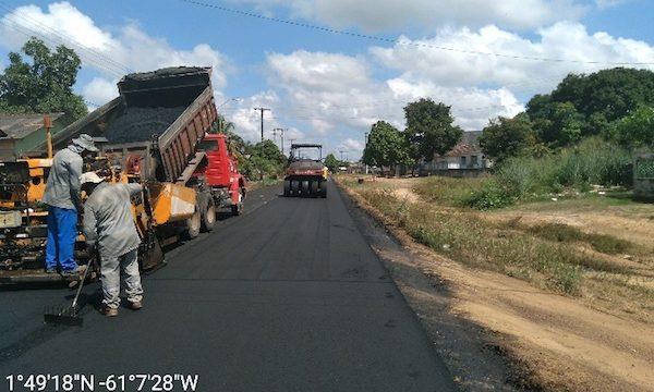 Máquinas fazem o asfalto em rua de Caracaraí