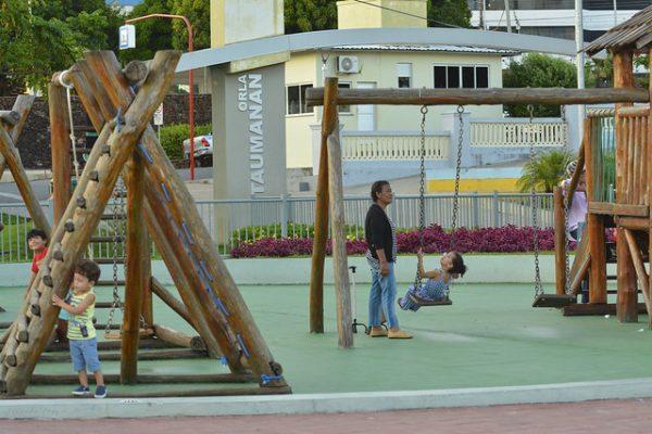 Crianças brincando na Orla Taumanan