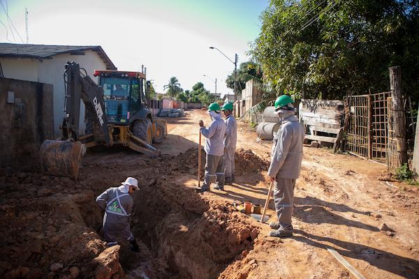 Trabalhadores na obra de drenagem no bairro Cauamé, em Boa Vista