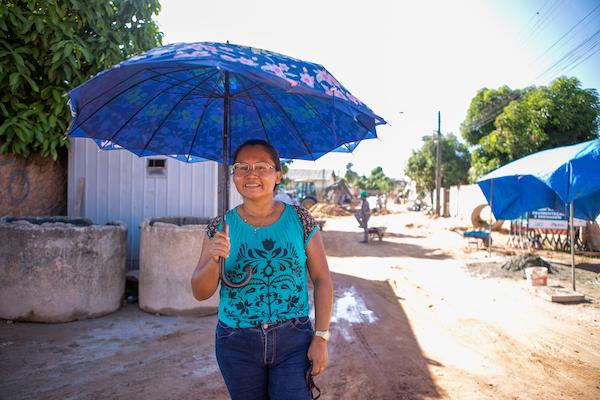 Moradora em obra de drenagem no Cauamé, em Boa Vista