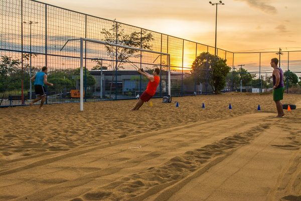 Pessoas jogando bola na Praça da Amoca