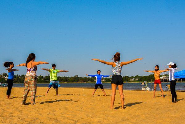 Pessoas praticando esporte na praia