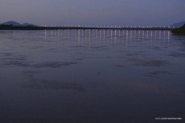 Luzes da ponte dos Macuxis formam o cenário da orla