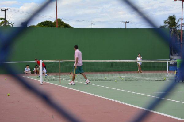 Pessoas jogando tênis na Praça da Amoca