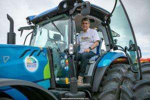 Romero Jucá em trator do programa municipal de desenvolvimento agrário da Prefeitura de Boa Vista