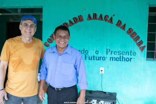 Romero Jucá com o Tuxaua Jonas Marcolino em comunidade indígena de Roraima