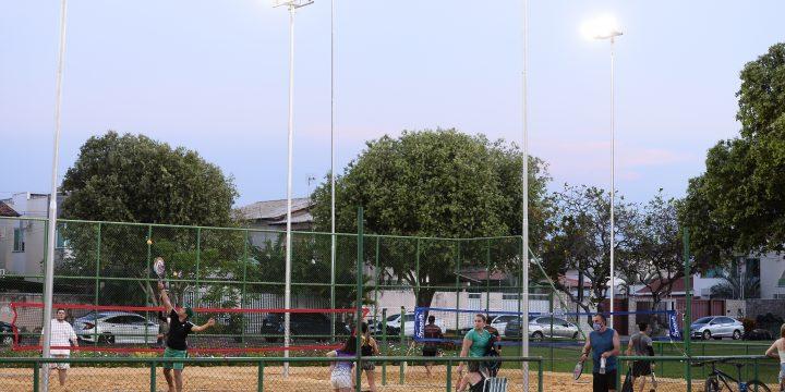 Pessoas jogando bola na Praça do Paraviana