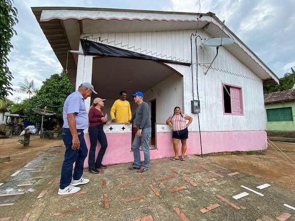Edio Lopes, Teresa Surita e Romero Jucá falam com morador do Baixo Rio Branco