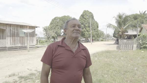 Zé Rosa, com camisa rosa, fala sobre o que tem no Baixo Rio Branco, mais especificamente na vila Xerueni
